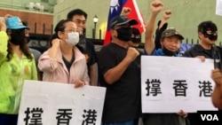 """星期六(10月5日)傍晚,在美国的中国民主党发起和组织的""""茉莉花活动""""在好莱坞繁忙的星光大道上举行。集会华人呼喊""""香港加油""""、""""自由万岁""""等口号,力撑香港并为中国的自由呐喊。(美国之音雨舟)"""