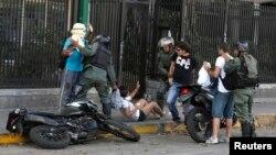 Guardias Nacionales detenienen a manifestantes en Altamira, municipio de Chacao.