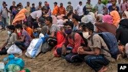 Para pengungsi Rohingya yang baru mendarat di Pantai Lancok, Aceh Utara, 25 Juni 2020.