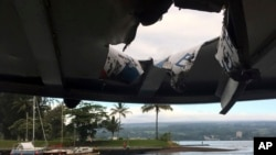 Bức ảnh do Sở Đất đai và Tài nguyên Hawaii cung cấp cho thấy lỗ hổng trên mái của một thuyền du lịch bị trúng bom nham thạch khi đang đi trên Đảo Lớn ở Hawaii hôm 16/7.