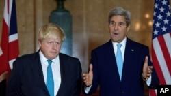 Menteri Luar Negeri AS John Kerry (kanan) dan Menteri Luar Negeri Inggris Boris Johnson berbicara kepada wartawan di London setelah pertemuan mengenai situsi Suriah (16/10). (Reuters/JUSTIN TALLIS)