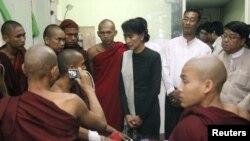 缅甸民主运动领袖昂山素季11月29日探望被警方打伤的僧侣