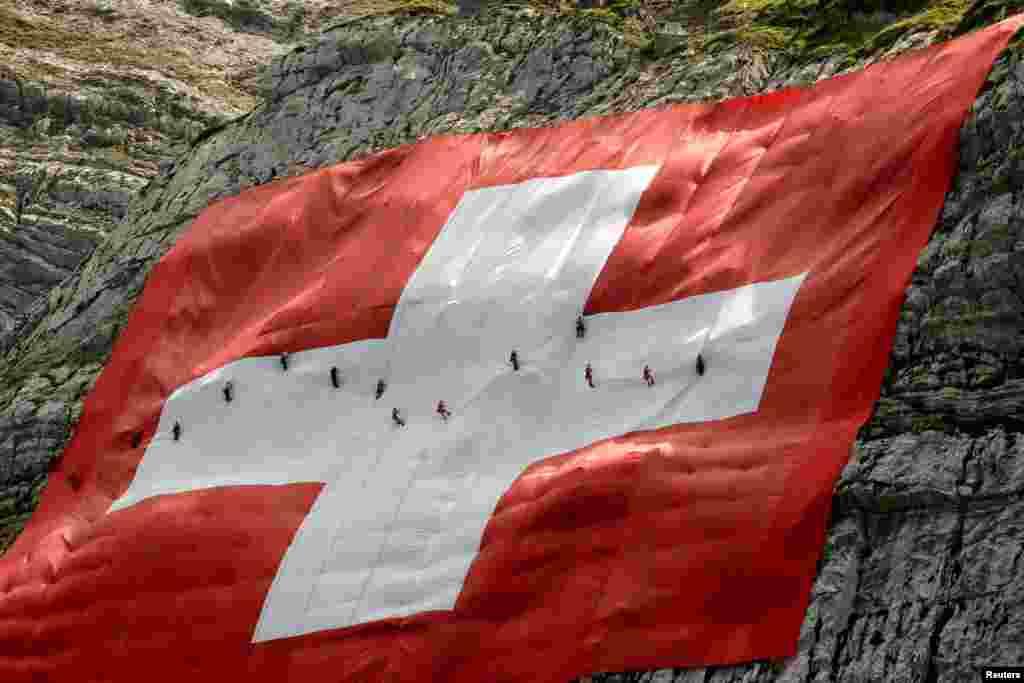 نصب پرچم ۸۰ متری سوئیس توسط کوهنوردان در میان رشته کوههای آلپ در شمال شرقی سوئیس