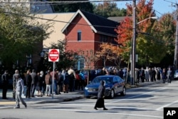 Dolientes hacen fila alrededor de la cuadra del Centro Comunitario Judío en la sección de Squirrel Hill de Pittsburgh el martes 30 de octubre de 2018, para ingresar al servicio funerario del doctor Jerry Rabinowitz, una de las 11 personas que murieron mientras oraban durante un tiroteo en la sinagoga Árbol de la Vida, el fin de semana.