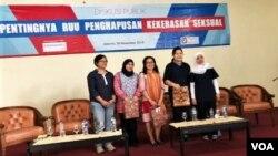 """Para narasumber dalam acara diskusi """"Pentingnya RUU Penghapusan Kekerasan Seksual"""" di Perwari, Jakarta, Jumat (30/11). (Foto: VOA/Ghita)."""