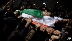 Warga Palestina mengusung jenazah remaja Tamir Abu al-Khair (17 tahun) yang tewas akibat tembakan tentara Israel dalam aksi di Gaza, Sabtu (30/3).