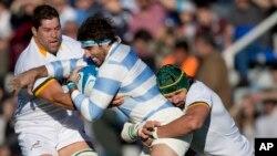 Juan Martin Fernandez Lobbe de Los Pumas de l'Argentine , au centre, est abordé par Victor Matfield des Springboks de l'Afrique du Sud, à droite, et Willem Alberts, lors d'un match-test de rugby à Buenos Aires, Argentine, 5 août 2015.