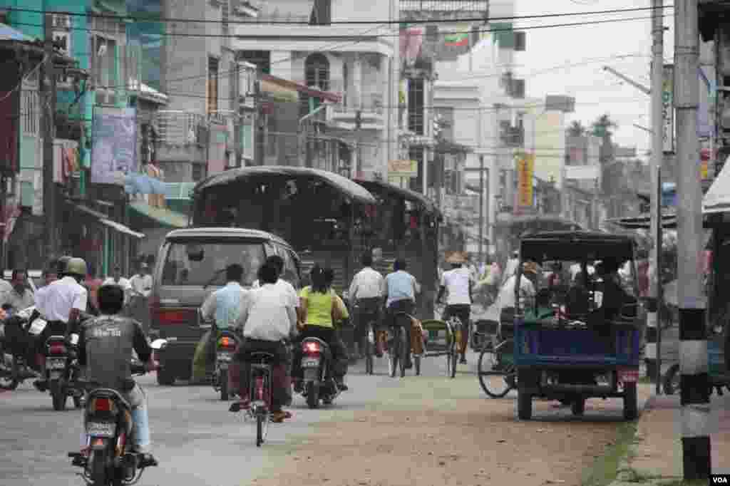Truk-truk berisi tentara di jalan protokol di Sittwe, Rakhine.