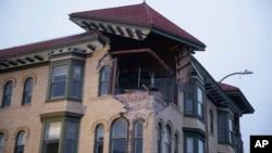 Un bâtiment endommagé par le séisme