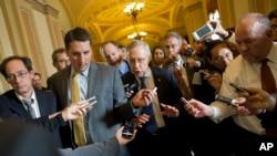 سناتور هری رید، رهبر اکثریت سنا، در محاصره خبرنگاران. دوشنبه، ۱۴ اکتبر ۲۰۱۳