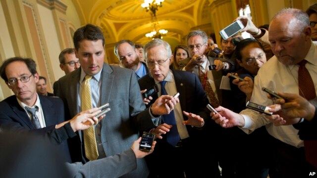 Các nhà báo vây quanh Thượng nghị sĩ Harry Reid khi ông rời văn phòng Thượng nghị sĩ Mitch McConnell, 14/10/13
