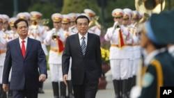 Thủ tướng Trung Quốc Lý Khắc Cường và Thủ tướng Việt Nam Nguyễn Tấn Dũng duyệt hàng quân danh dự trong buổi lễ chào đón tại Phủ Chủ tịch ở Hà Nội, ngày 13/10/2013.