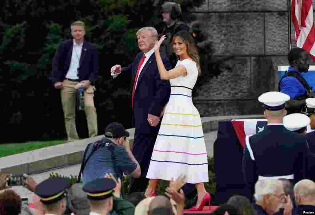 特朗普總統發表獨立日講話後與第一夫人梅拉妮亞離開林肯紀念堂。 (2019年7月4日)