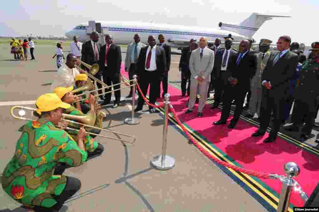 Rais Jakaya Kikwete na Rais Joseph Kabila wakitumbwizwa na wanamuziki