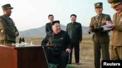 북한 김정은 국방위원회 제1위원장이 지난해 10월 공군 '검열비행훈련'을 참관하는 동안 최룡해 당 비서(가운데 오른쪽)와 오일정 당 부장(가운데 왼쪽)이 밀착 수행하고 있다. 이들은 모두 '빨치산 혈통' 2세대이다. 북한 노동신문이 게재한 사진.