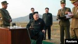 북한 김정은 국방위원회 제1위원장(가운데)이 지난달 말 공군 '검열비행훈련'을 참관하고 있다. 최룡해 당 비서(가운데 오른쪽)와 오일정 당 부장(가운데 왼쪽)이 밀착 수행하고 있다.