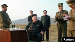 북한 김정은 국방위원회 제1위원장이 지난달 말 공군 '검열비행훈련'을 참관하는 동안 최룡해 당 비서(가운데 오른쪽)와 오일정 당 부장(가운데 왼쪽)이 밀착 수행하고 있다. 이들은 모두 '빨치산 혈통' 2세대이다. 북한 노동신문이 지난달 30일 게재한 사진.