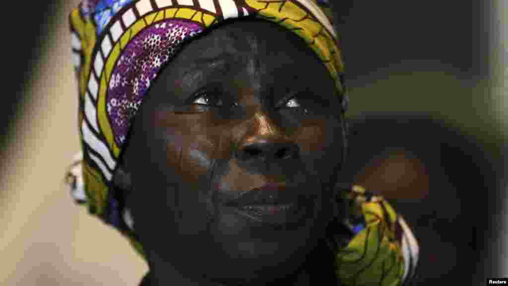 Bitrus Ruth uwar daya daga cikin yara mata fiye da 200 da aka sace a garin Chibok ke nan a taron manema labarai akan yaran da aka yi a Legas 5 ga watan Yuni, 2014.