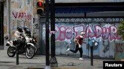 Un manifestante huye de las fuerzas de seguridad durante una protesta contra el gobierno de Nicolás Maduro en Caracas, el 29 de junio.