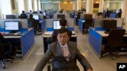 Mahasiswa Korea Utara berselancar di Internet di laboratorium komputer di Kim Il Sung University, Pyongyang. (Foto: Dok)