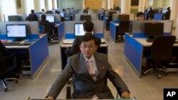 Para mahasiswa Korea Utara menggunakan internet di perpustakaan universitas Kim Il Sung, di Pyongyang (foto: dok).