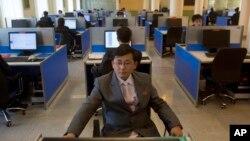 평양 김일성종합대학 컴퓨터실에서 한 학생이 인터넷 검색을 하고 있다. (자료사진)