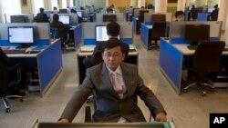 지난해 1월 평양 김일성종합대학 컴퓨터실에서 한 학생이 인터넷 검색을 하고 있다. (자료사진)