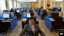 지난 2013년 평양 김일성종합대학 컴퓨터실에서 학생들이 인터넷 검색을 하고 있다. (자료사진)