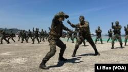 台湾海军陆战队员2017年7月13日表演搏斗功夫(美国之音黎堡摄影)