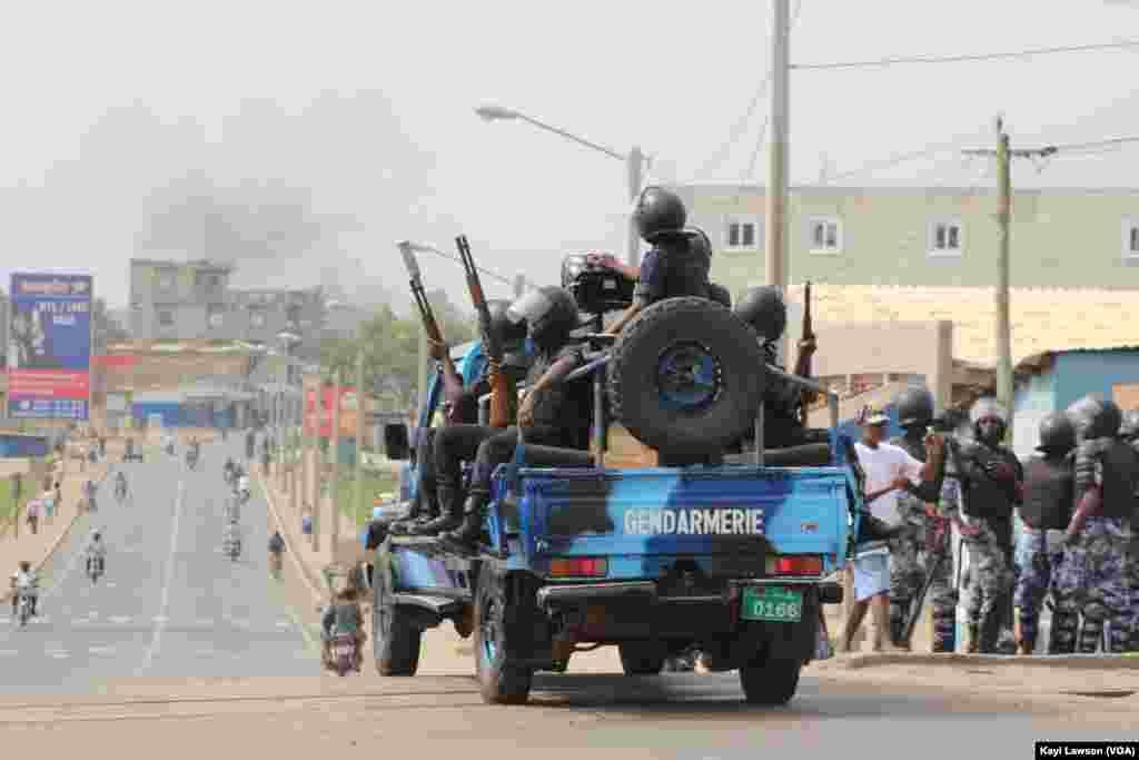 La police en vadrouille dans les rues de Lomé, au Togo, le 18 octobre 2017. (VOA/Kayi Lawson)