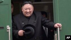 Ông Kim Jong Un xuống tàu tại Vladivostok hôm 24/4.