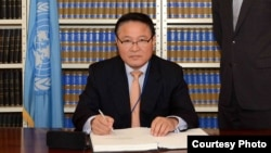 유엔주재 북한대표부 자성남 대사가 9일 유엔 본부에서 아동 매매와 아동 성매매, 아동 음란물에 관한 아동권리협약 선택의정서에 서명하고 있다. 사진 출처: 유엔 웹사이트.