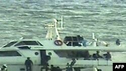 Hình do Bộ Quốc phòng Israel công bố cho thấy binh sĩ Israel trên nhiều chiến thuyền nhỏ sắp lên một chiếc tàu tư nhân mà người ta tin rằng là 1 trong 2 chiếc tàu tìm cách phá vỡ lệnh phong tỏa Dải Gaza