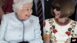 حضور غیر منتظره ملکه الیزابت در هفته مد لندن