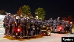 Cảnh sát theo sau nhóm biểu tình trong một cuộc tuần hành ở Los Angeles, California, phản đối quyết định của đại bồi thẩm đoàn trong vụ án ở Ferguson.