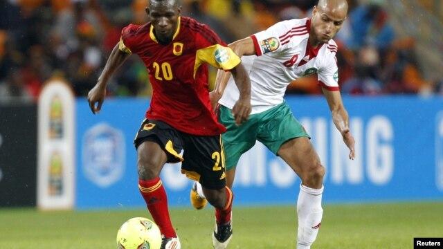 Mingo Bille, de Angola, disputa o esferico com o marroquino Karim el Ahmad, no jogo inaugural da seleccao angolana do CAN 2013