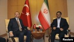 Eron prezidenti Mahmud Ahmadinejod (o'ngda) Turkiya Bosh vaziri Rajab Toyib Erdog'an bilan Istanbulda uchrashmoqda, 9-may, 2011-yil.