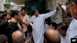 مسلم لیگ نون کے اُمیدوار حنیف عباسی سزا سننے کے بعد عدالت سے باہر آ رہے ہیں