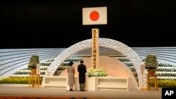 Tư liệu: Hoàng Tử Akishino, phải, cùng Công Nương Kiko, đọc diễn văn trước bàn thờ tưởng niệm các nạn nhân trong thảm họa động đất và sóng thần ngày 11/3/2011. (AP Photo/Shizuo Kambayashi, Pool)