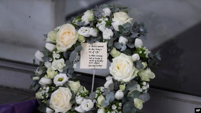 今年3月15日新西兰发生清真寺枪杀事件之后,英国反对党工党领导人杰里米·科儿宾当天在伦敦的新西兰高级专员公署外摆放的花圈。