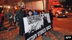 """Demonstranti pokreta """"Okupiraj"""" na ulazu u luku u Portlendu, u državi Oregon, 12. decembra 2011."""