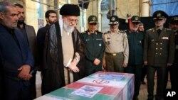 Tư liệu- Lãnh tụ tối cao Iran, Ayatollah Ali Khamenei, dự quốc táng tiễn đưa Mohsen Hojaji, 1 quân nhân 25 tuổi của Đội Vệ binh Cách mạng Hồi giáo bị IS chặt đầu ở Syria. (Office of the Iranian Supreme Leader via AP)