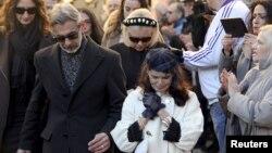Walter Olsen, à gauche, aux côtés de Jennifer, père et mère d'Ashley Olsen, sortent de l'église lors des funérailles de leur fille en Florence, 15 janvier 2016.