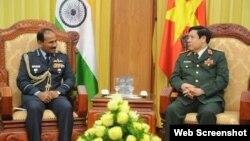 Đại tướng Phùng Quang Thanh đón tiếp Đại tướng Arup Raha và Đoàn Chủ tịch Ủy ban Tham mưu trưởng Ấn Độ. (Ảnh chụp màn hình trang web Bộ Quốc phòng Việt Nam).