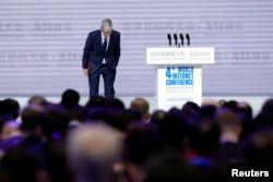 2017年12月3日苹果公司首席执行官库克在中国浙江乌镇参加第四届世界互联网大会开幕式。