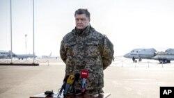 Tổng thống Ukraine Petro Poroshenko phát biểu tại phi trường Borispol, ngày 18/2/2015.
