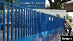 지난 10일 베네수엘라 마라카이의 미국 회사 킴벌리-클라크 공장이 문을 닫자, 종업원들이 입구에 모여있다.