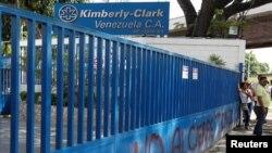 """""""Kimberly Clark va a seguir produciendo para todos los venezolanos, para todas las venezolanas ahora en manos de los trabajadores"""", dijo el Ministro de trabajo Oswaldo Vera."""