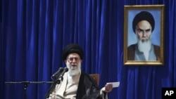Ayatollah Ali Khamenei memberikan pidato pada peringatan 23 tahun meninggalnya Ayatollah Khomeini, Minggu (3/6).