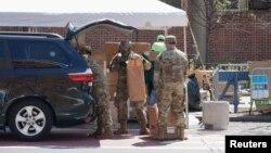 2020年4月15日美國陸軍國民警衛隊成員在紐約曼哈頓哈林區分發免費食品